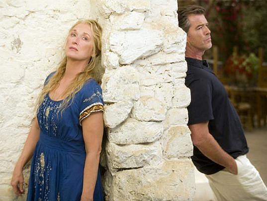 Meryl Streep a Pierce Brosnan ve filmu Mamma Mia!