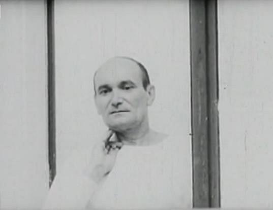 Oblíbený herec zemřel přímo během natáčení filmu Krakonoš a lyžníci, když mu selhalo srdce.