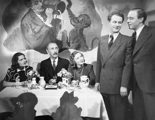 Jana Romanová, Jindřich Plachta, Eva Klenová, Ladislav Pešek a Jan Pivec ve filmu U pěti veverek (1944)