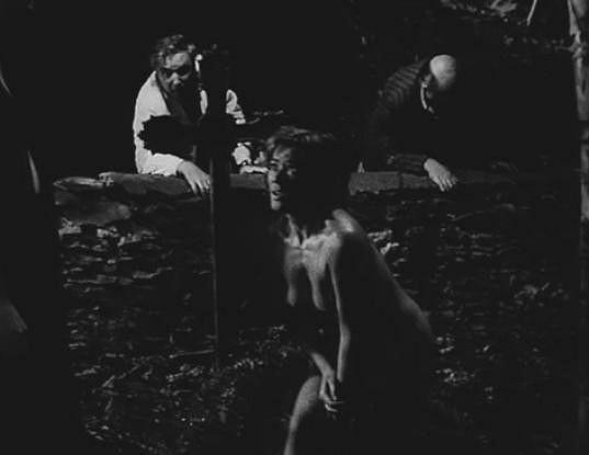 Nahá a obklíčená Luba Skořepová na hřbitově.