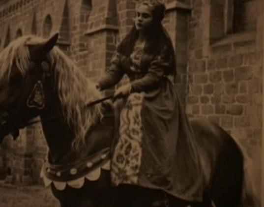 Mladá herečka na koni