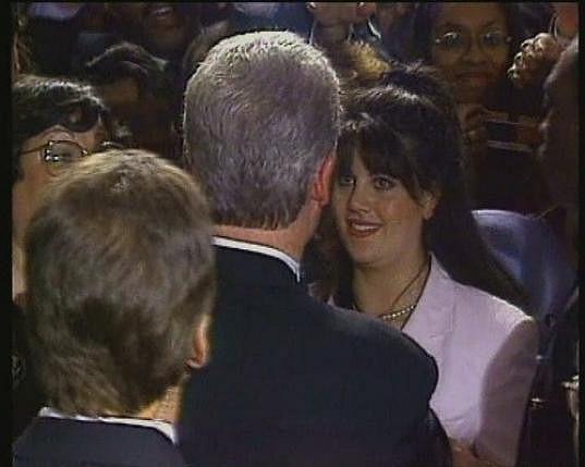 Mladá Monica Lewinsky s Billem Clintonem (otočený zády).