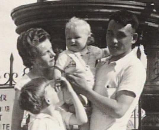 Dan Horyna jako malý kluk vyrůstal v Číně, kde pracoval jeho tatínek.