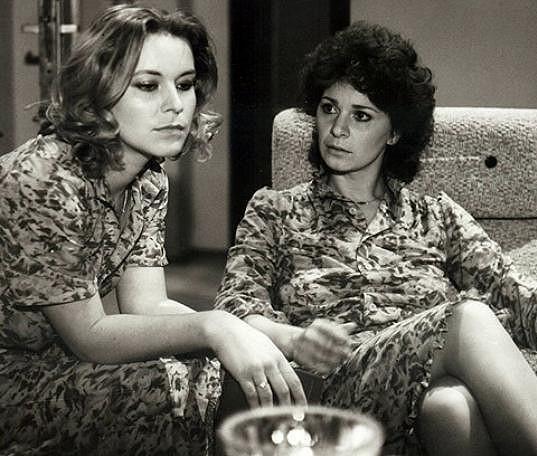 Ivona Krajčovičová s Kamilou Magálovou ve snímku Dom pod morušou (1984)