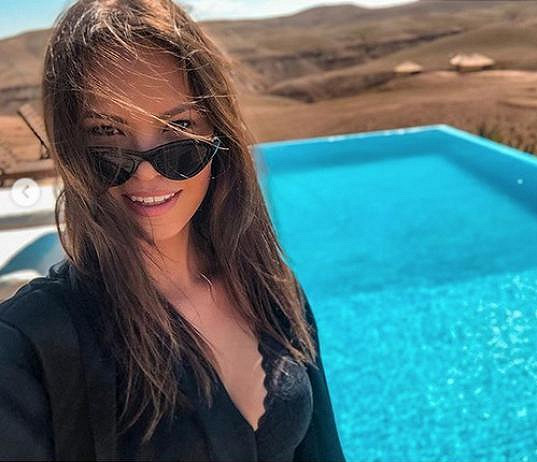 Přidala i sexy selfíčko u bazénu.