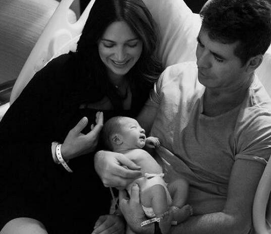 Cowell se chlubí fotografiemi spokojené rodiny.
