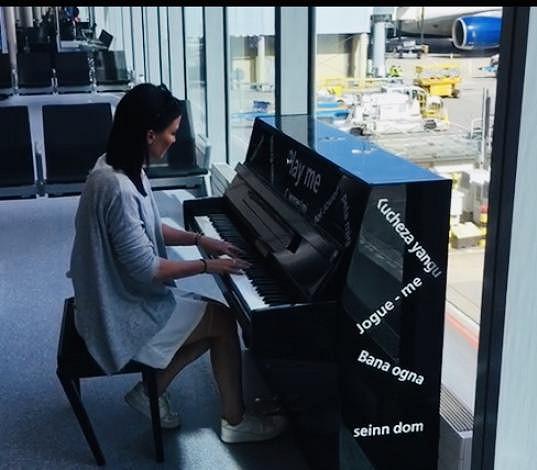 U piana si krátila čas před odletem.