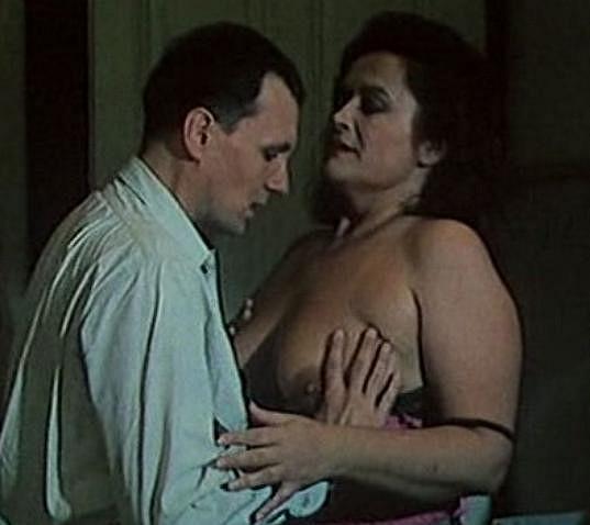 Hana Gregorová ukázala bujné poprsí ve filmu Tábor padlých žen.