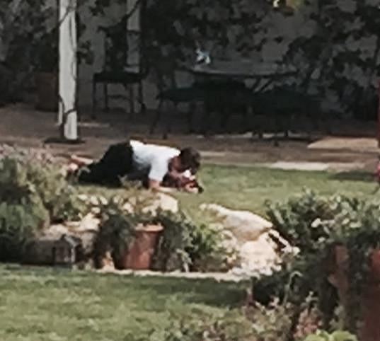 Hvězdný pár si o pár dní později ustlal na trávníku...