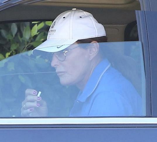 Bruce Jenner si ve svůj narozeninový den zapálil v autě cigaretku.