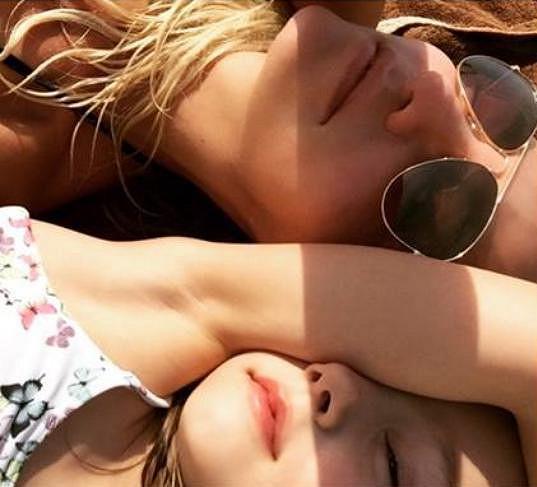 S dcerkou si užívá slunečních paprsků.