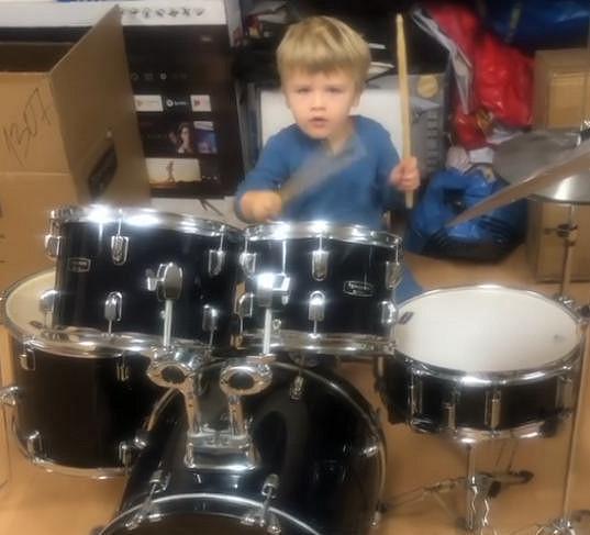 Syn Nikol Štíbrové je malý bubeník.