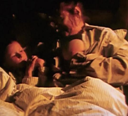 Vlasta Chramostová ve filmu Kuře melancholik, kde se nebála v 73 letech svléknout.
