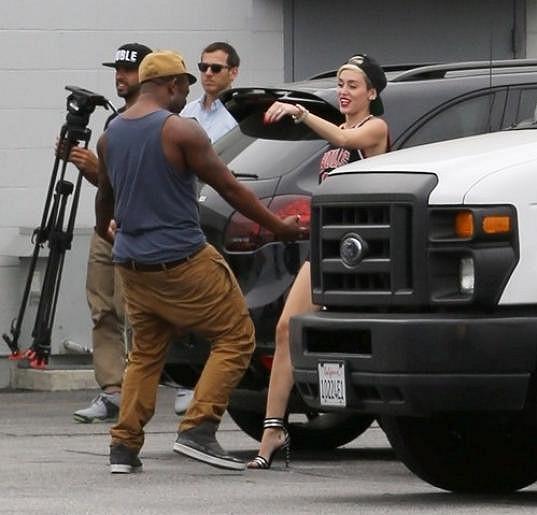 Miley Cyrus před nahrávacím studiem v Kalifornii.