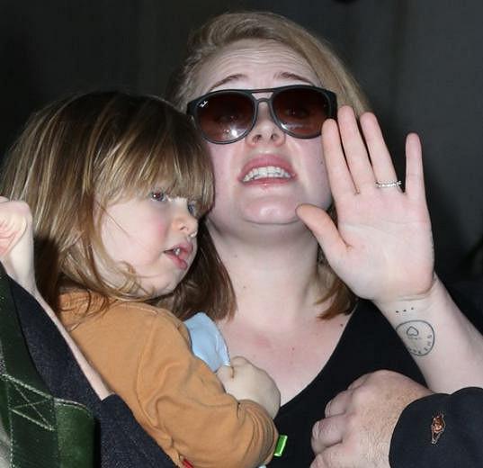 Na letišti v Los Angeles se jí to ale nepodařilo.