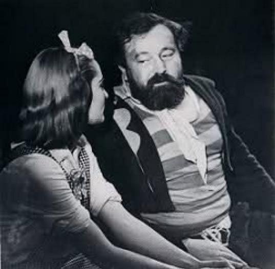 Červená s Werichem v představení Divotvorný hrnec.