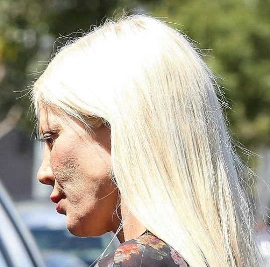 Její nedostatky neskryje ani silná vrstva make-upu.