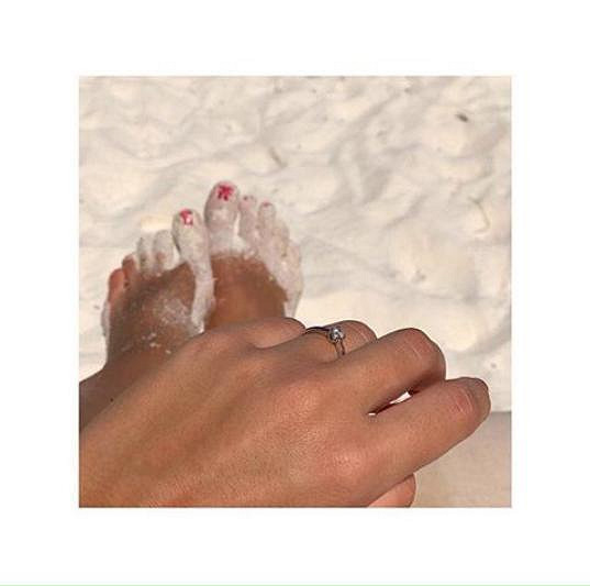 Zásnubní prsten jí Filip nasadil na Maledivách.