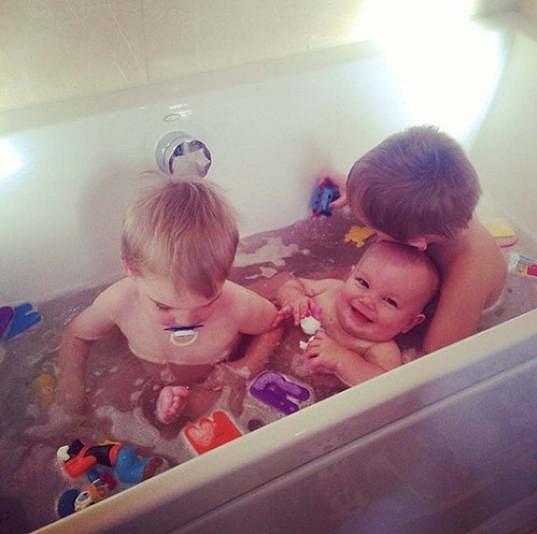 Její tři synové při společné koupeli