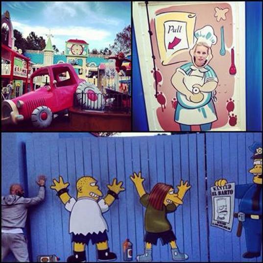 Simona a Karel nemohli vynechat atrakci Simpsonovi.