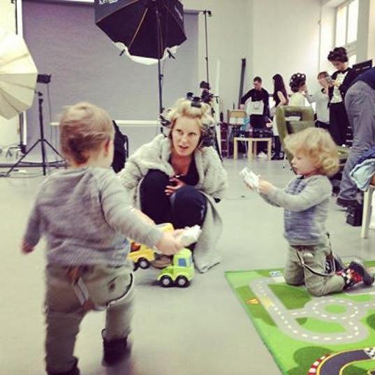 Simona se snaží mít své syny neustále nablízku. Dokonce klukům zbudovali přímo v ateliéru dětský koutek.