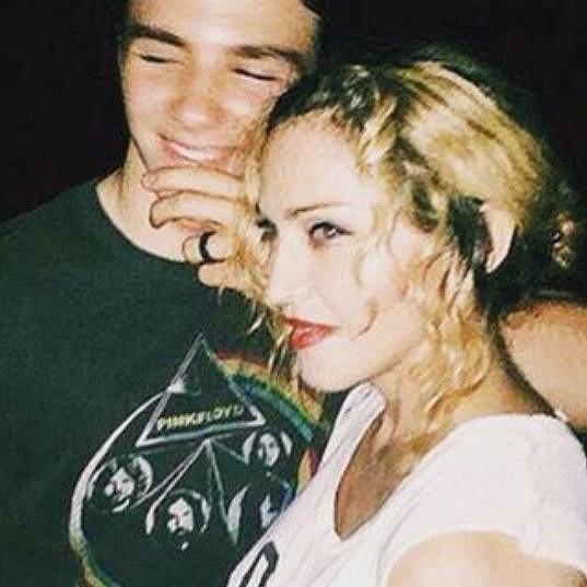 Madonna nakonec sdílela společný snímek se synem a popřála mu krásné svátky.