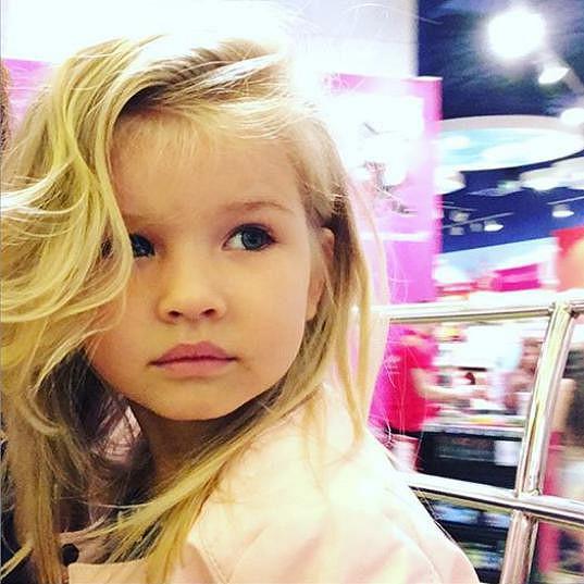Zato dcerka Annabelle je modrooká blondýnka.