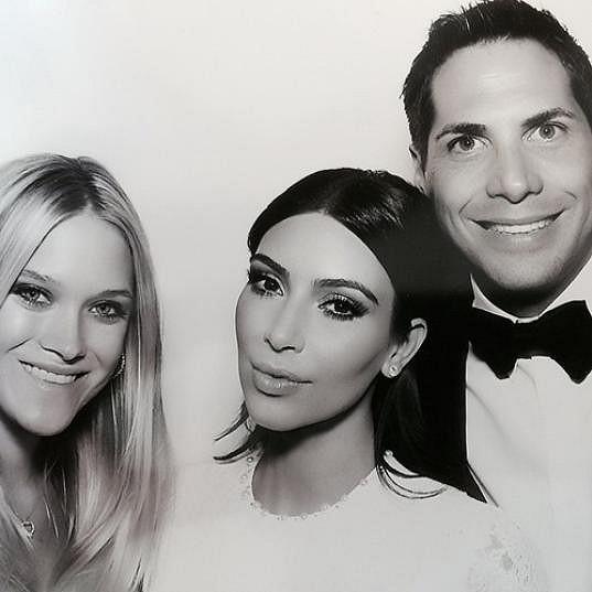 Kim s Joem a Abbey na své svatbě
