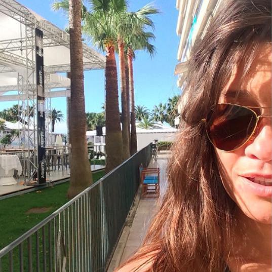 Petra hbitě přicestovala do Cannes o den dříve, aby Leošovi vzala vítr z plachet.