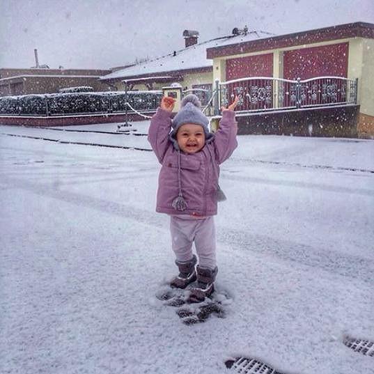 Ema je zjevně velmi veselá holčička. Na tomto snímku se raduje z prvního letešního sněhu.