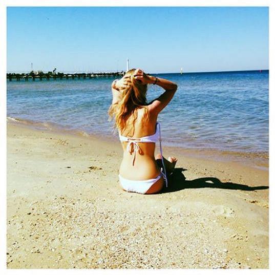 Zbyl jí čas i na opalování na pláži.
