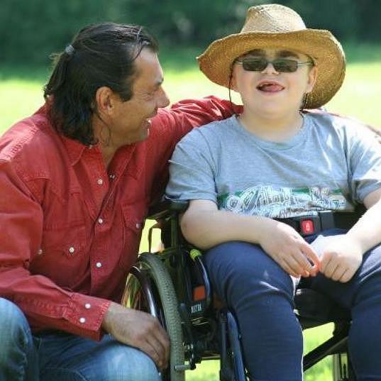 Indián s jedním z vozíčkářů, které měl zneužít pro získání peněz.