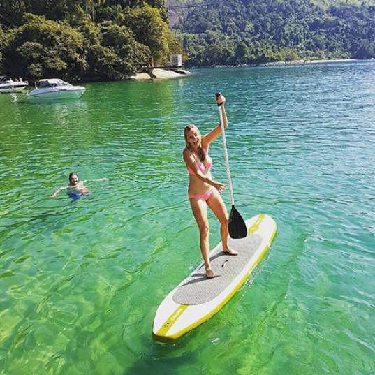 Petra Kvitová udržuje balanc na paddleboardu.