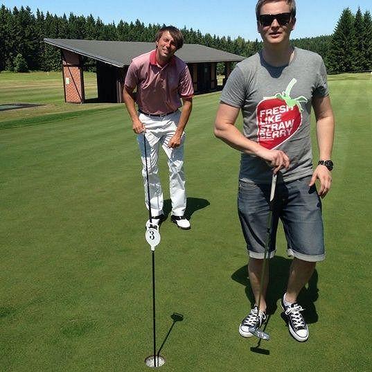 Zatímco partner trénoval golf...
