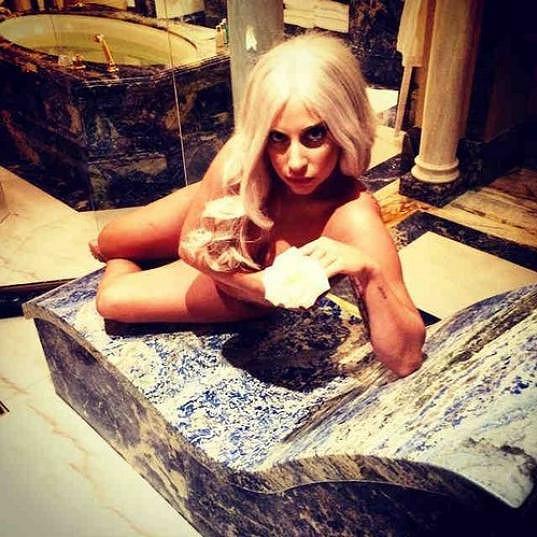 Zpěvačka relaxovala v hotelu.
