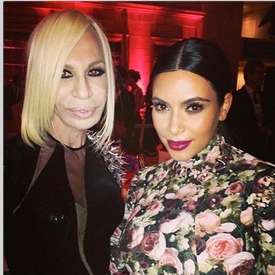 Versace na snímku s Kim Kardashian.