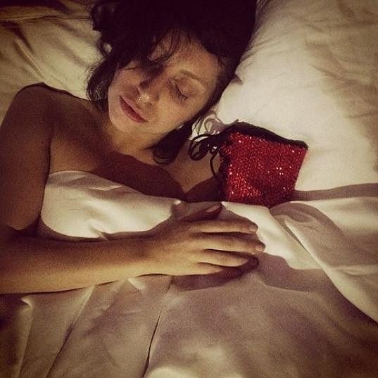 Lady Gaga usíná s botou.