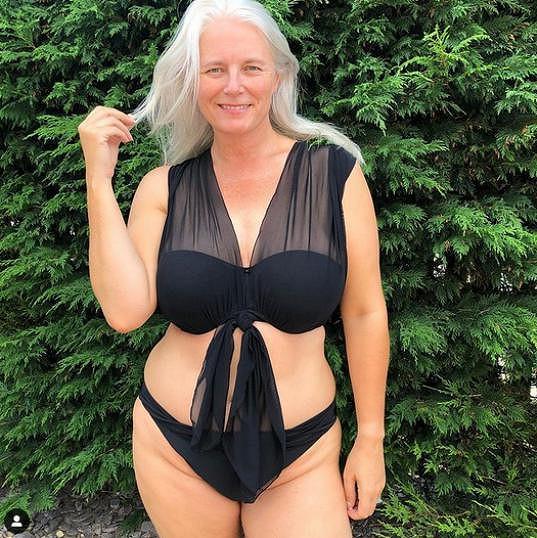 Dřív se Rachel Peru za svá prsa styděla, dnes se věnuje modelingu a předvádí prádlo i plavky.