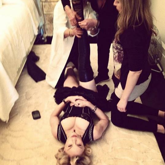 Madonna potřebuje u obouvání pomoc tří lidí.