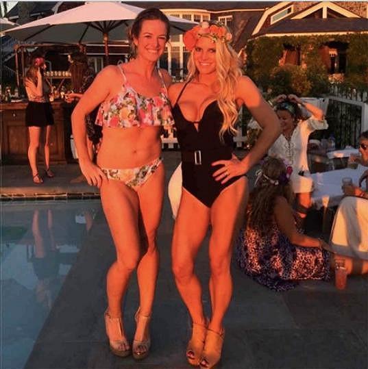 Jessica s kamarádkou na bazénové párty