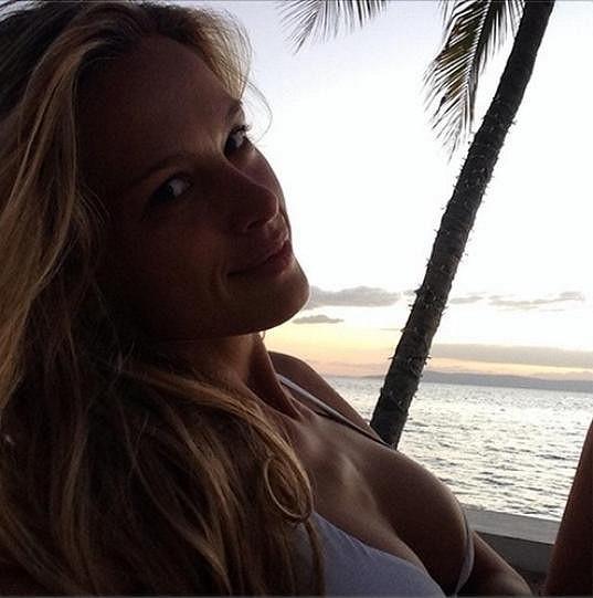 Petra pozorovala na pláži západ slunce.