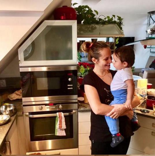 S péčí o syna zpěvačce pomáhá maminka.