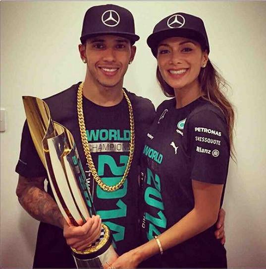 Lewis Hamilton se společně s Nicole chlubí trofejí pro mistra světa.