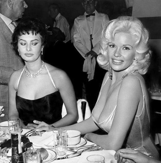 Sophia Loren nevěřícně zírala do výstřihu Jayne Mansfield.