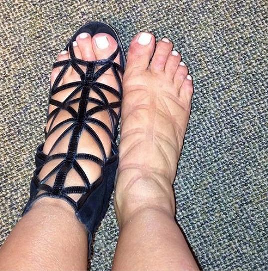 Nožky Kim Kardashian v módních botkách dost trpěly.