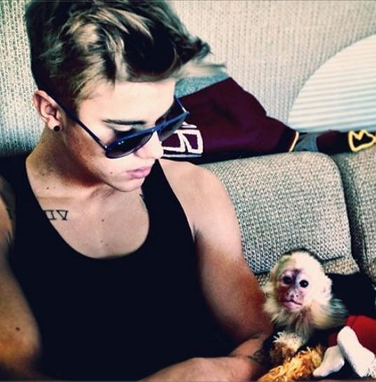 Justin Bieber a opičí mláďátko Mally na snímku z minulého týdne.
