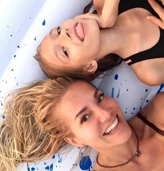 S dcerou Laurou si užívá sluníčko na Mallorce.