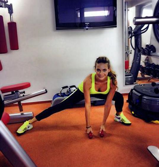 Andrea trénuje denně ve svém domácím fitku. Někdy zde stráví hodinu, jindy třeba jen deset minut. Pokud ji zrovna netrápí nemoc, tak nikdy nevynechá.
