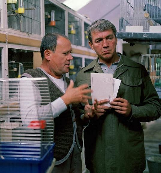 Karel Augusta (vlevo) a Jiří Krampol v seriálu Malý pitaval z velkého města