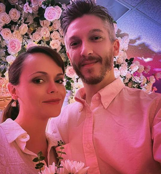 Christina Ricci se vdala za vlasového stylistu Marka Hamptona. Manželé čekají první společné dítě.